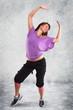 junge Frau hat Spaß beim Zumba tanzen