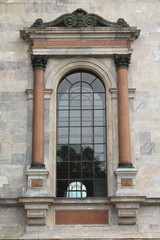 арочное окно с колоннами