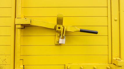 Gelber Türverschluss