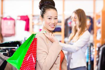 Frau mit Einkaufstüten im Laden beim shopping