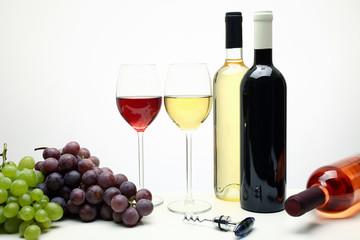 vino composizione bottiglie e bicchieri su tavolo