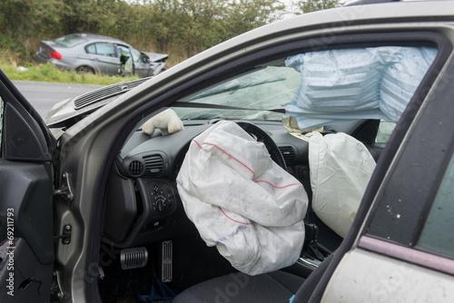 Leinwandbild Motiv Ausgelöste Airbags nach Verkehrsunfall