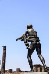 Statue des Apollo mit Blick auf den Tempel