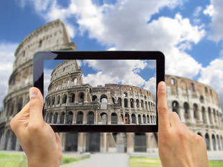photographing coliseo in rome