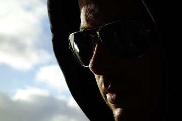 Hombre Joven Con Capucha y Gafas De Sol