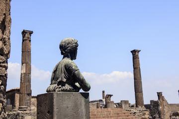 Statue der Diana mit Blick auf den Apollo-Tempel im Pompeji