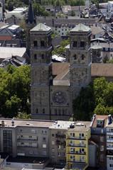 Blick vom Cologne Triangle auf die Kirche Sankt Heribert