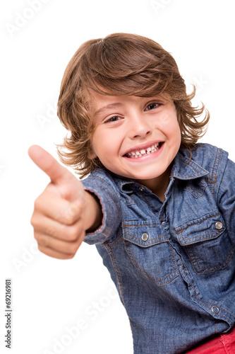Boy doing thumbs up - 69216981