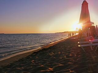 Sulla spiaggia al tramonto