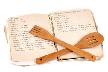 Cahier de recettes et ustensiles de cuisine