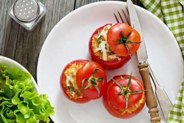 Stuffed tomatoes with cheese and breadcrumbs