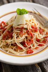 Pasta mit hausgemachter Tomatensauce und Parmesan