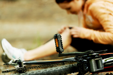 Wounded woman was falled off bicyle