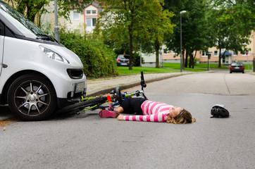 mädchen hat einen fahrradunfall