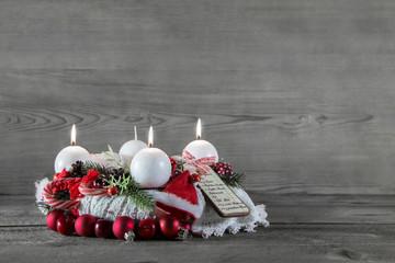 Dritter Advent: Drei brennende Kerzen am Adventskranz