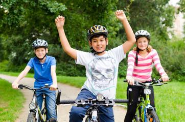 kinder haben spaß beim fahrradfahren