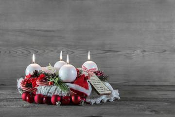 Adventskranz in rot, grau, weiß als Dekoration zu Weihnachten