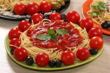 spaghetti with olives tomatoes and sauce