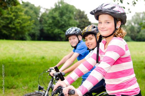 canvas print picture freunde fahren zusammen fahrrad