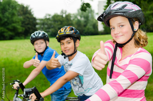 kinder mit fahrrad zeigen daumen hoch - 69253705