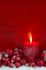 Erster Advent: eine rote brennende Adventskerze