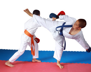 Blow ura-mawashi geri against the punch arm