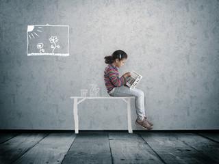 Mädchen auf einem gezeichneten Schreibtisch