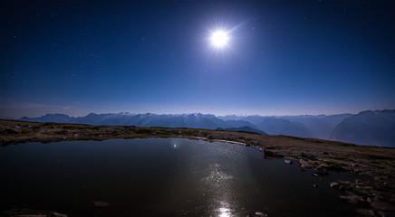 Bergsee in der Nacht