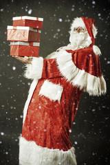Dicker Weihnachtsmann mit Geschenken