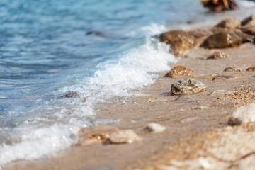 Wellen plätschern an den Strand
