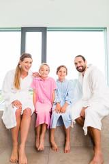 Familie sitzt gemeinsam auf Badewanne