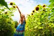 Bambina felice nel campo di girasoli