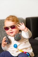 Baby mit Sonnenbrille und Kopfhörer