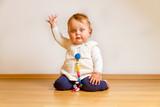 Kleines Kind beim Winken poster