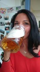 Junge Frau trinkt Bier aus Bierkrug