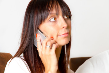 <Moderne, junge Frau beim Telefonieren