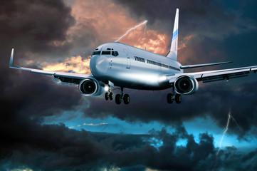 Passagierflugzeug im Landeanflug bei Gewitter
