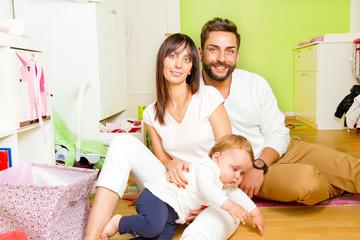 Junge, glückliche Familie im Kinderzimmer