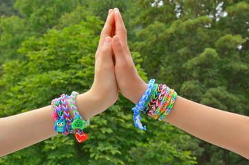 Mädchen mit bunten Schmuckbändern am Handgelenk