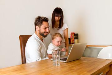 Familie zu hause informiert sich im Internet