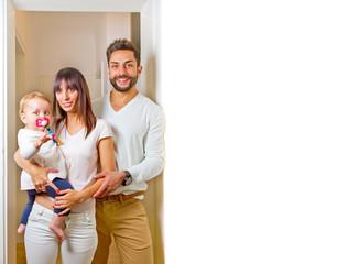 Junge Familie in der neuen Wohnung -  Textfreiraum