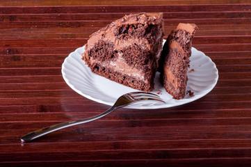 Piattino con fette di torta al cioccolato farcita e ricoperta