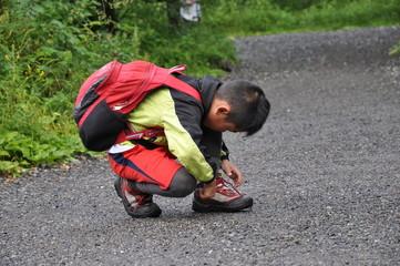 靴ひも 結ぶ 少年