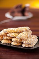Savoiardi piatti guarniti con granella di zucchero