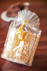 Confezione di savoiardi guarniti con granella di zucchero