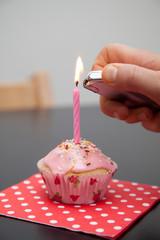 Rosa Muffin mit Geburtstagskerze