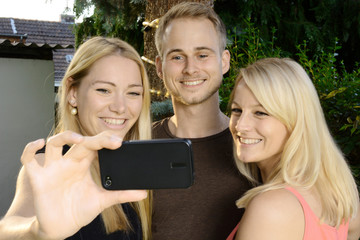 Freunde fotografieren Selfie mit Smartphone