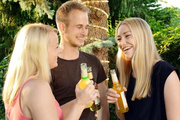 Freunde feiern auf Gartenparty