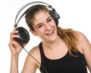 Ragazza felice di ascoltare musica con le cuffie
