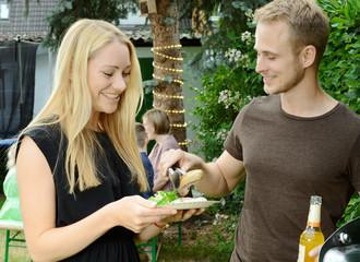 Grillparty im Garten mit BBQ und Bratwurst